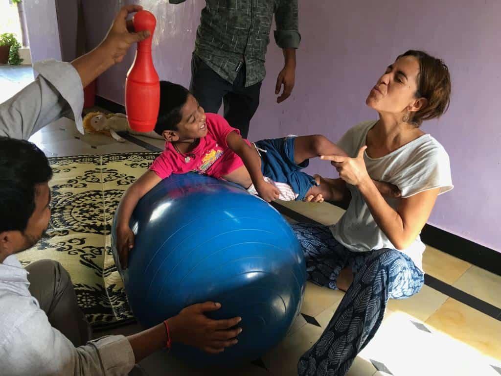 Fisioterapeuta de Fisios Mundi ayudando a personas necesitadas