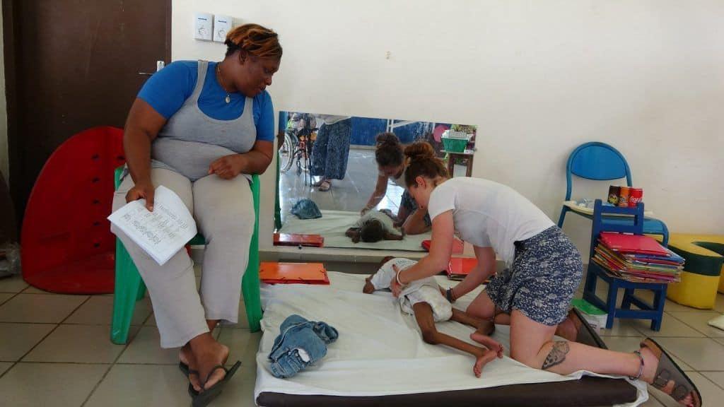 Voluntarios de Fisios Mundi trabajando